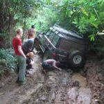 スタックした車を脱出させる方法や道具は?泥や砂、雪ではどうするの?