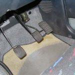 車でアクセルとブレーキを間違える原因や防止策、おすすめのグッズとは?