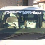 フロントガラスにステッカーを貼っても車検に通るの?違反になる場合は?